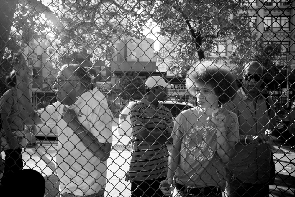 NYC, QUE.: AUGUST 24, 2009 -- Spectators, late afternoon, basketball game. West 4th Street Courts. (Vincenzo D'Alto)